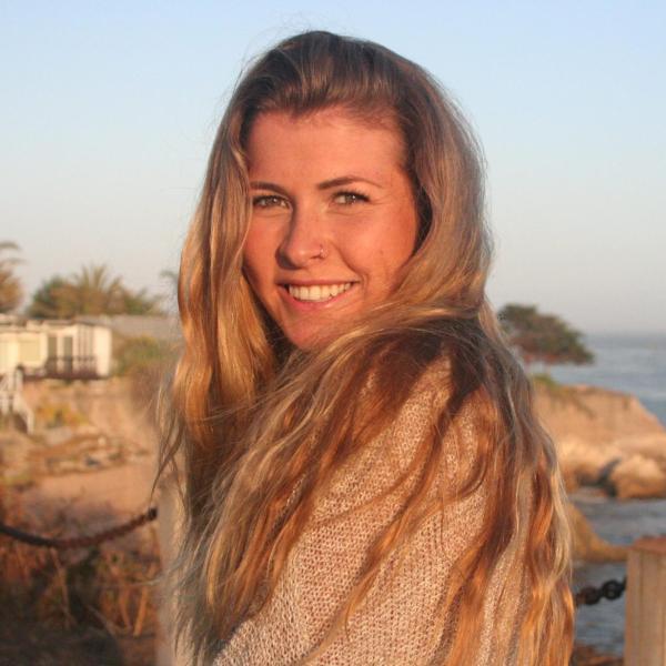 Julia Hennekam in front of the ocean.