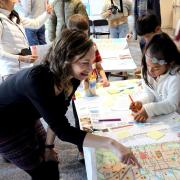 Mara Mintzer shows children from the Uni-Hill School the child-friendly map.