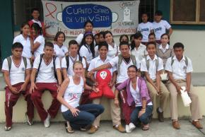 Alea Richmond Akins with kids in Ecuador