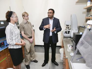 Abhi Shetty demonstrates rheometer equipment