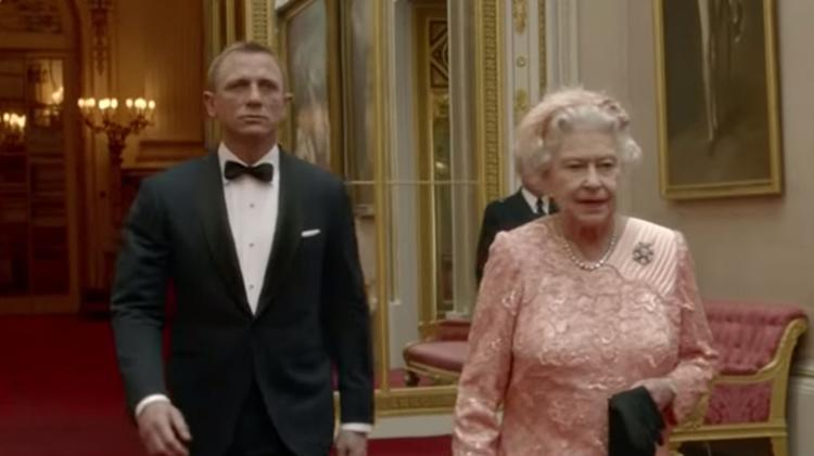 Daniel Craig with Queen Elizabeth the II In the London 2012 Olympics Opening Ceremony