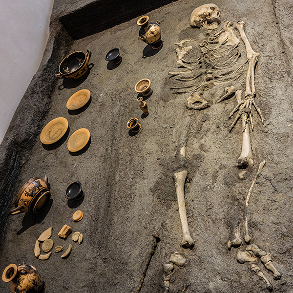 skeleton in situ with pottery samples