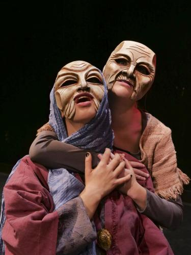 Picture of two actors rehersing the Hecuba play with costumes and masks