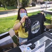 Volunteers pass out Sko Buffs t-shirts during move-in