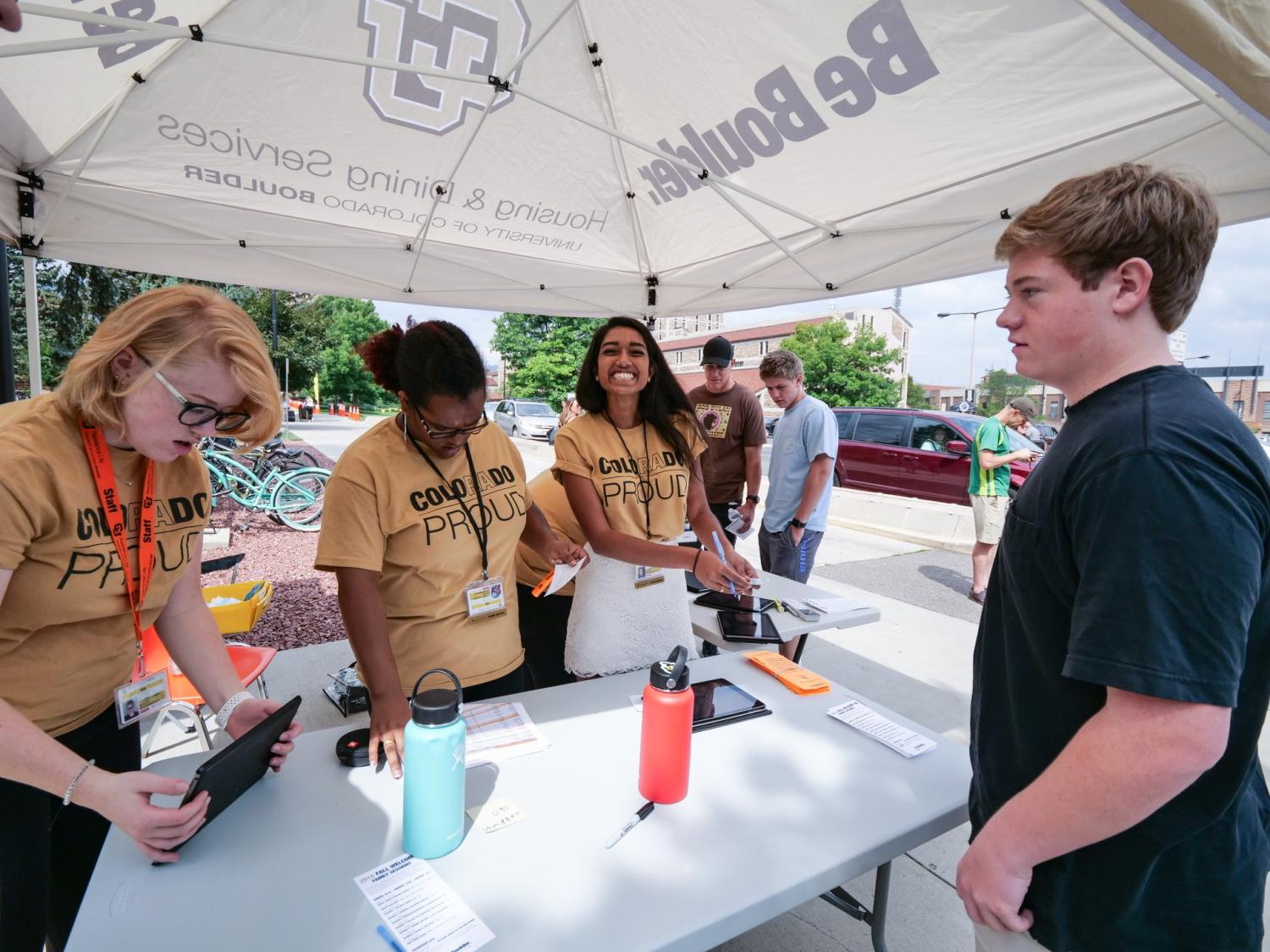 Volunteers help students on move-in day.