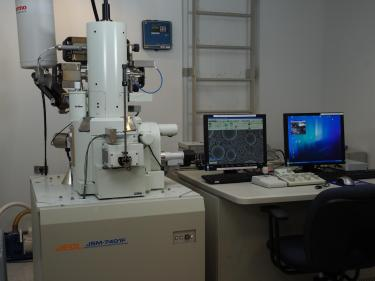 The Electron microscope next to a computer.