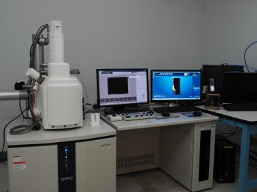 SU3500 Scanning Electron Microscope next to a computer.