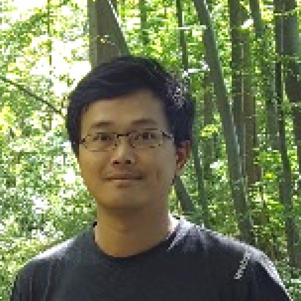 Shu-Wei Huang portrait outside