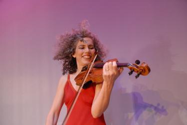 Alicia Svigals performing on violin
