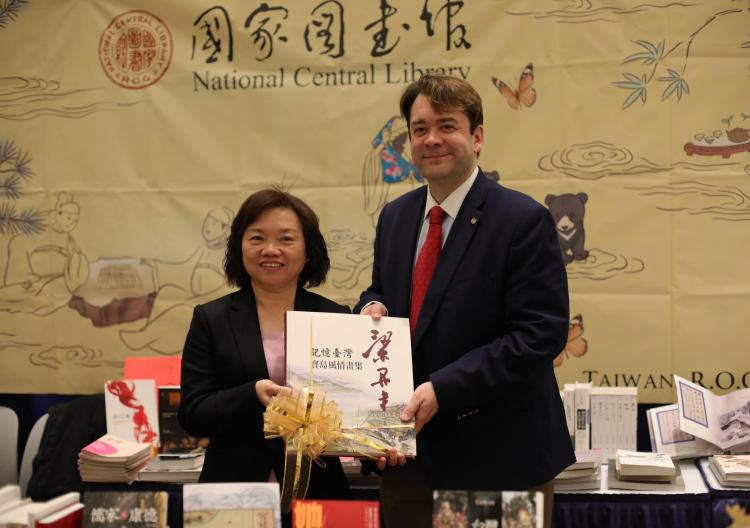 Wu Ying-mei (吳英美), Deputy Director General of Taiwan's National Central Library with Dean of CU Boulder Libraries Robert McDonald.