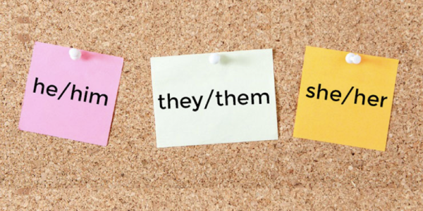 Post-it notes with English pronouns written on them