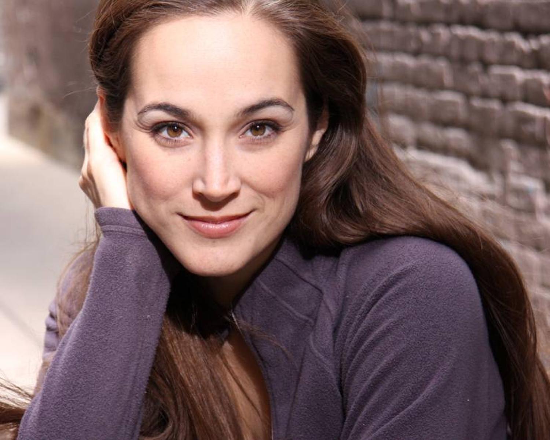 Elizabeth Welch posing