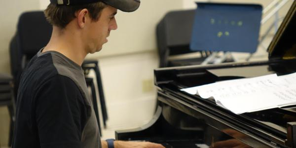 jazz piano player in rehearsal