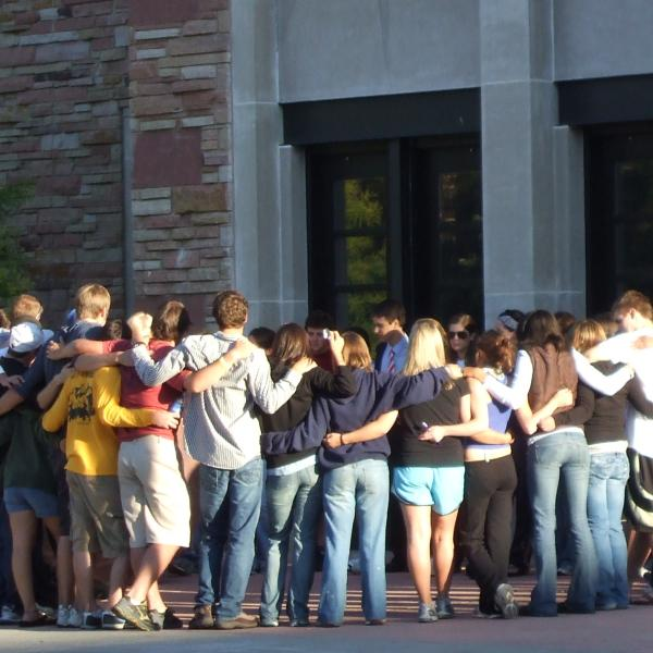 Students from PLC 2007 gather outside of Eaton Humanities before heading to orientation