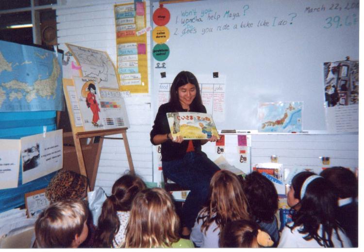 Intern teaching 1sr Grade Classroom about Japan