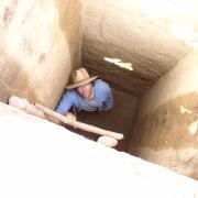 Art Joyce at bottom of test pit. / Art Joyce en el fondo de un pozo de excavacion.