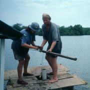 Michelle Goman and Art Joyce extracting a core sample from Laguna Pastoria. / Michelle Goman y Art Joyce extraen un núcleo de sedimento de la laguna Pastoria.