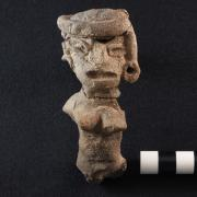 Partial anthropomorphic figurine from LC12 A-F7/A-F10-s1 interface (fill with burials). Parte de una figurilla antropomorfa hallada en la interface entre LC12 A-F7/A-F10-s1 (relleno con entierros).