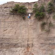 Alex Borejsza sampling a river cut in Nochixtlán / Alex Borejsza muestreando un corte de río en Nochixtlán