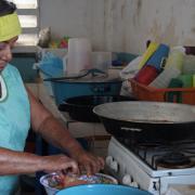 Madam Berta cooking / Doña Berta cocinando