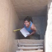 Karla Lopez documenting stratigraphy at Rio Viejo / Karla Lopez documentando estratigrafia en Rio Viejo