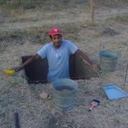 Digging a test pit / Excavando un pozo de sondeo