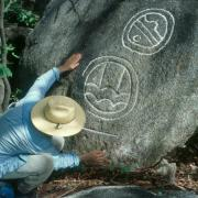 Recording carved stone at Cerro de los Tepalcates. / Registrando piedras grabadas en Cerro de los Tepalcates.