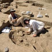 Stacy Barber and Liz Paris excavating burials at Yugue. / Stacy Barber y Liz Paris excavando entierros en Yügue.