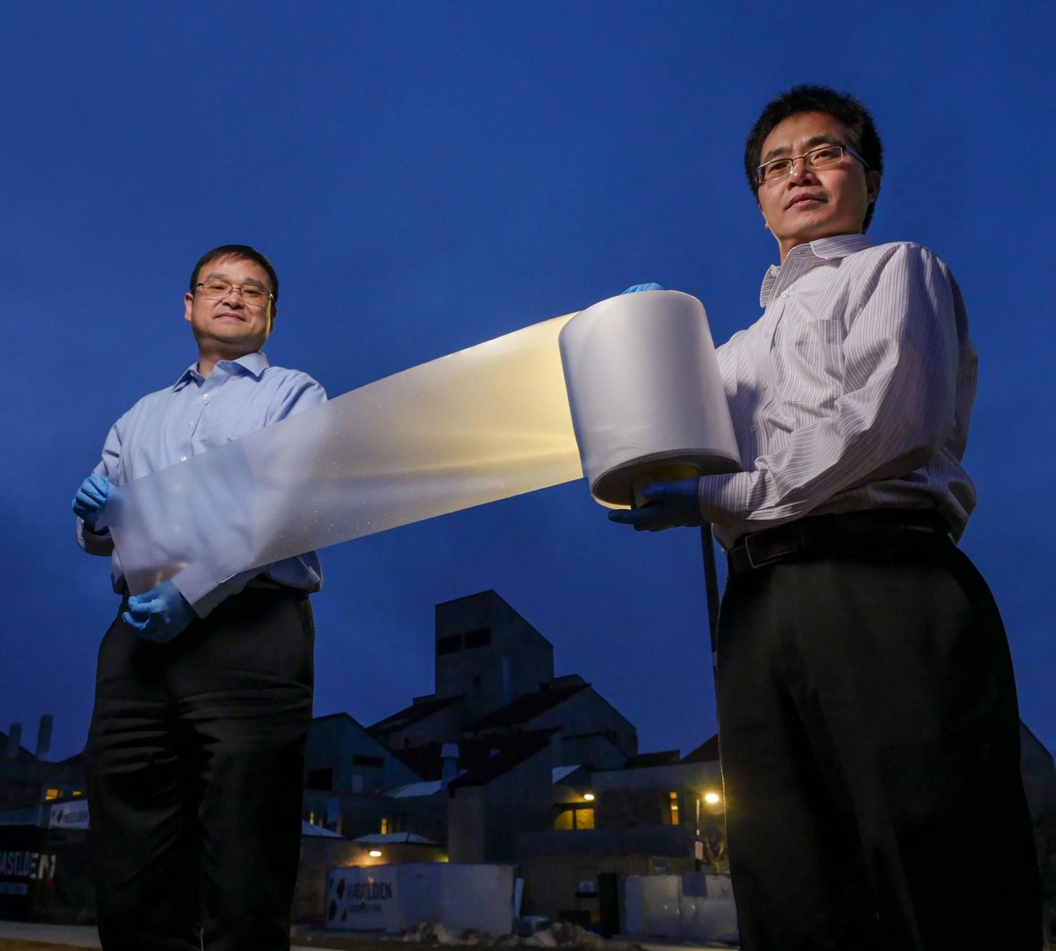 Ronggui Yang and Xiaobo Yin holding cooling material