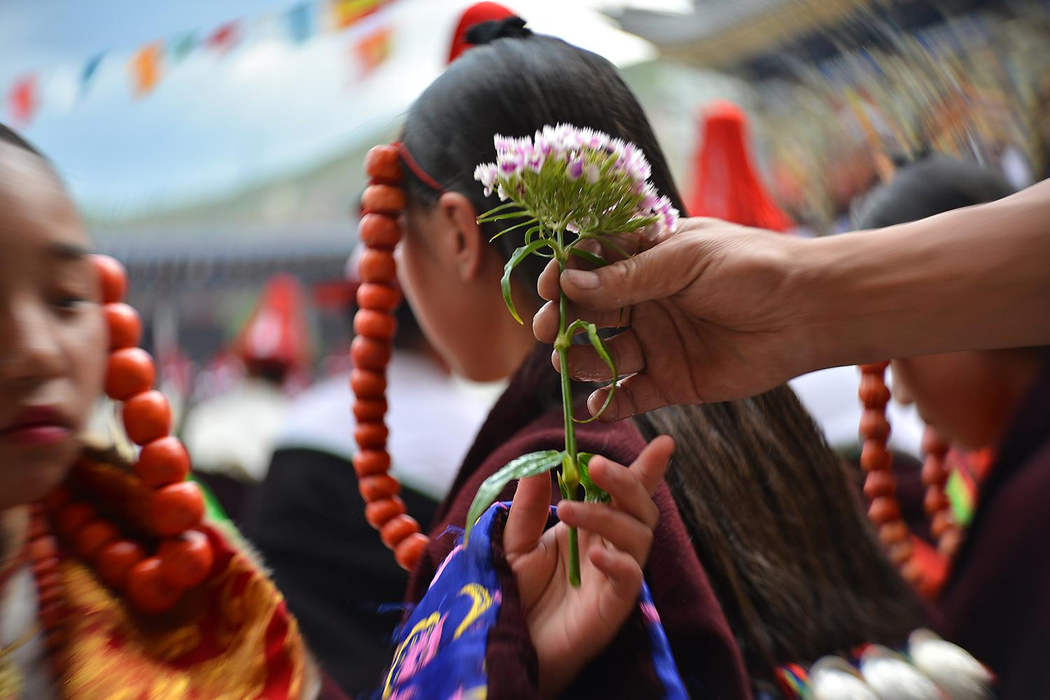 Only unmarried women dance during the festival. Because of this, there is a much wider age range among participating men than women. Men can be up to 45 years old.