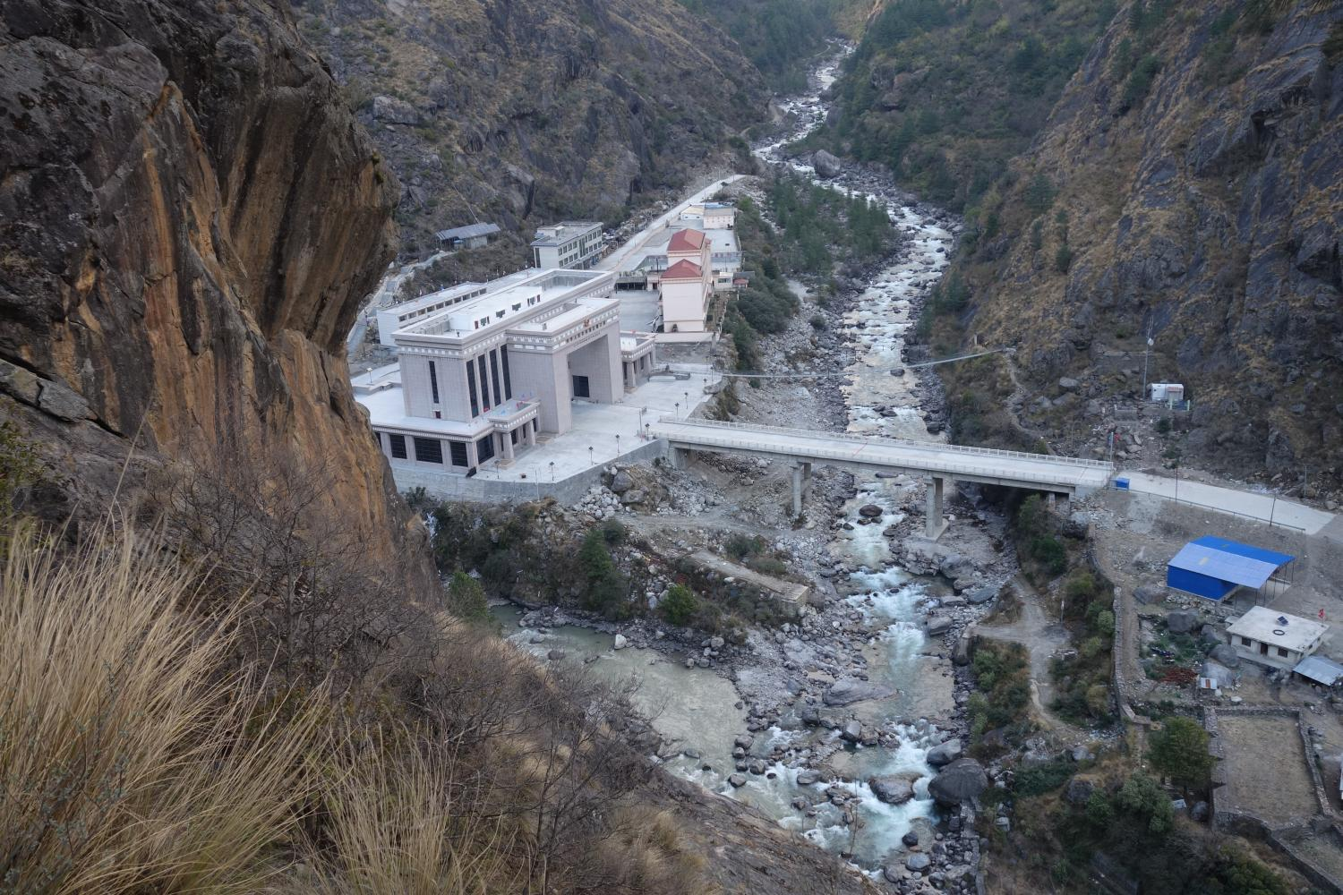 From above, the new Chinese gatehouse on the Kyirong-side dwarfs the Nepali customs and immigration facilities on the Rasuwaghadi-side; the massive earthquakes of April and May 2015 devastated facilities on both sides of the border