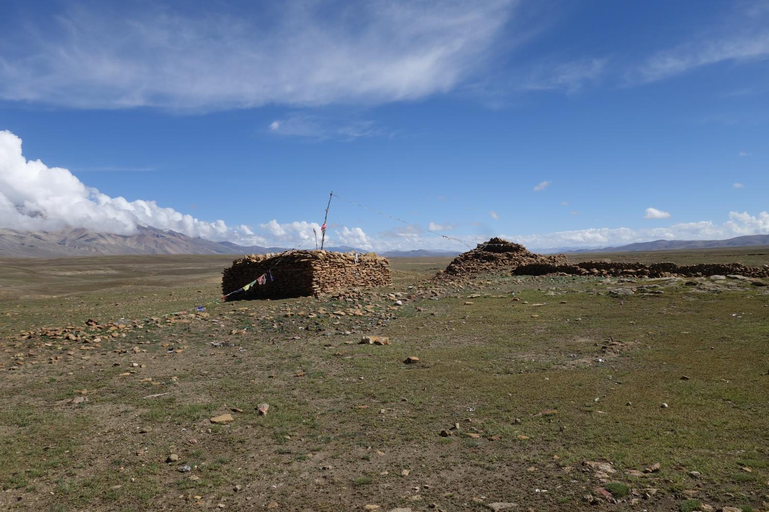An ancient chorten atop the Kora-la marks the historical boundary between Mustang and Tibet and, by extension, Nepal and China