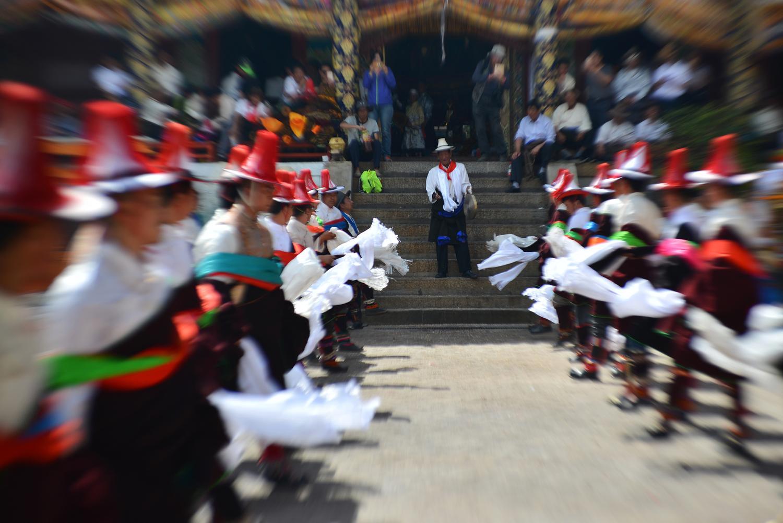 Geru geru (གེ་རུ་གེ་རུ) is an intense dance of swirling fabric. Men whirl khadak (kha bdags ཁ་བདགས)  through the air.