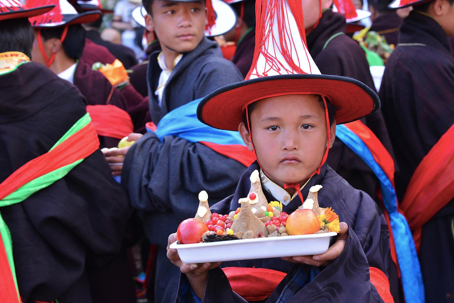 Sang pulpa (bsang phul pa བསང་ཕུད་པ། is the giving and immolation of offerings include Tsampa dough sculptures, khadak scarves, and, most importantly bsang, a scented offering.