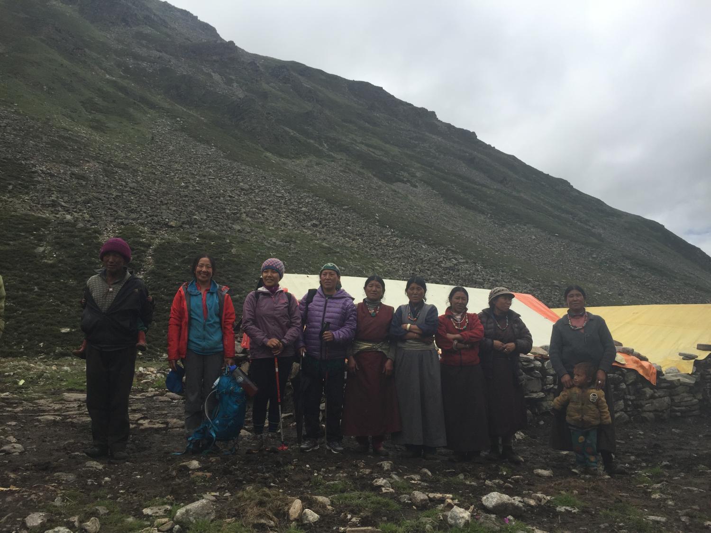 women not far from Nyalu Pass