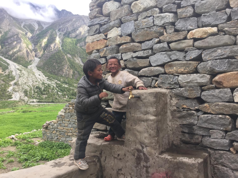 kids play in Halzi