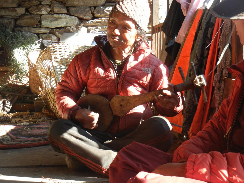 Dawa Dhondrup with his dranyen