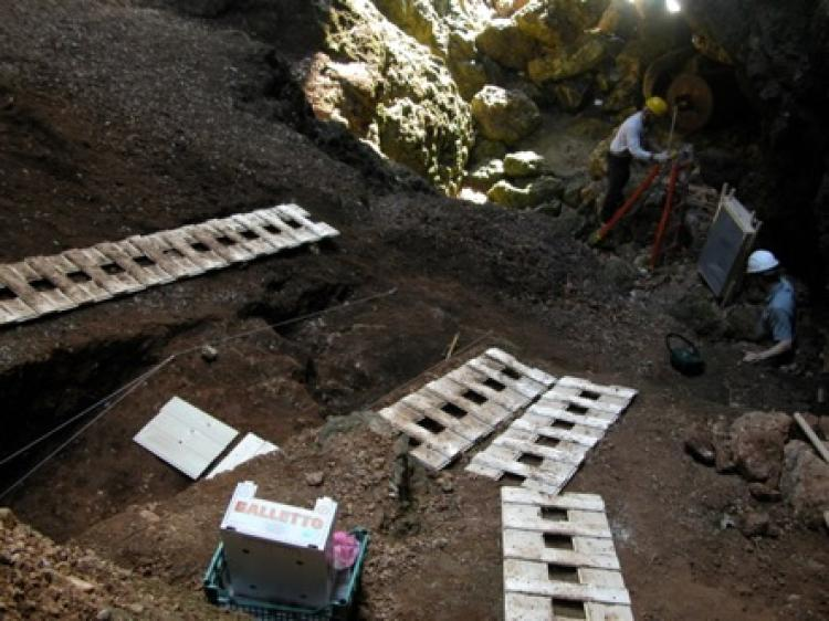 Archaeologists excavate the Grotta del Fossellone
