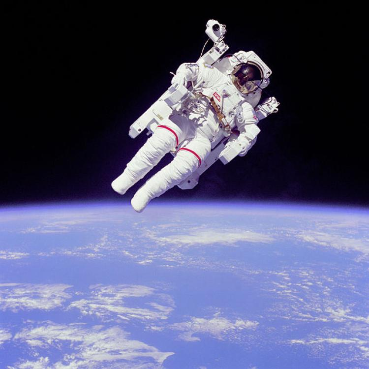 Astronaut Bruce McCandless free-floating in space during Challenger space shuttle mission, 1984. Image courtesy NASA.