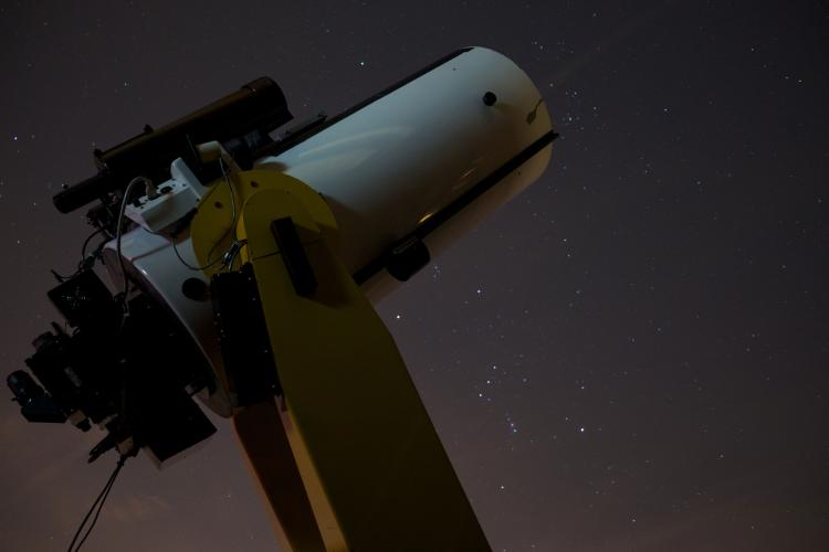 Large telescope pointing to the night sky