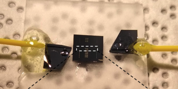 Low-loss, high-bandwidth, robust fiber-to-chip couplers